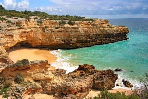Abgelegener Strand mit türkisblauem Wasser an der Felsalgarve