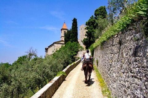 Austritt entlang der Burgmauer in der Toskana