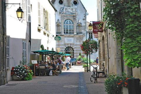 Romantischer Stadtspaziergang nach dem Wandern im Burgund