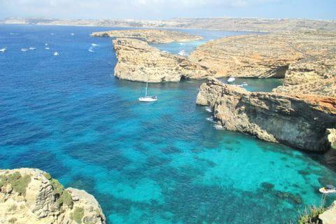 Küstenblick auf das türkis glitzernde Meer der Crystal Lagoon