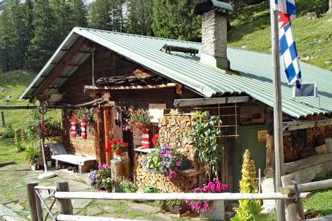 Wanderpause bei der Almhütte im Karwendelgebierge