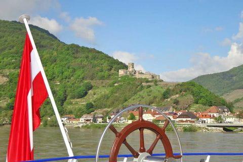 Schifffahrt durch Wachaus Weinberge