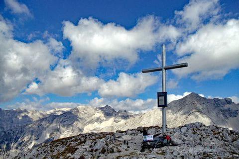 Gipfelkreuz auf der Wanderroute im Karwendelgebirge
