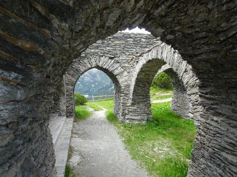 Torbögen der Ruine Kronburg bei Zams