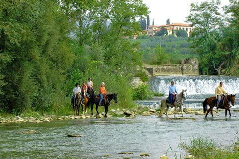 Gruppenausritt durch das Flussbett in der Toskana