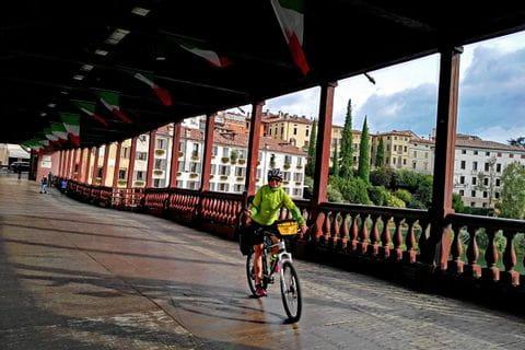 Radfahrerin auf Brücke