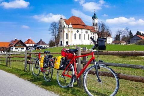 Wieskirche Räder am Zaun abgestellt