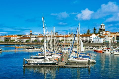 Bunte Boote in der Marina von Ponta Delgada