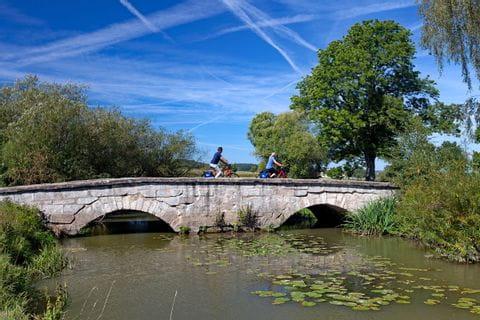 Radfahrer auf Brücke in Ansbach