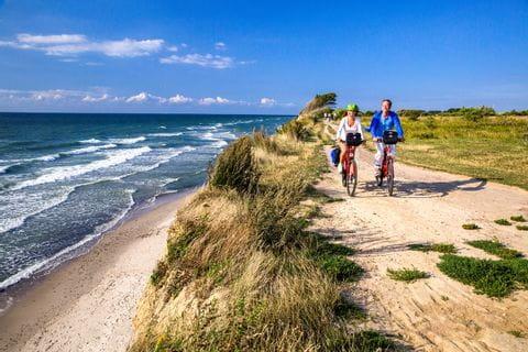 Radfahrer entlang der Küste