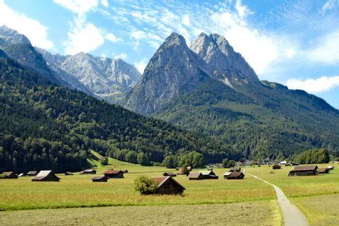 Landschaft mit Blick auf Wanderwege und Berge