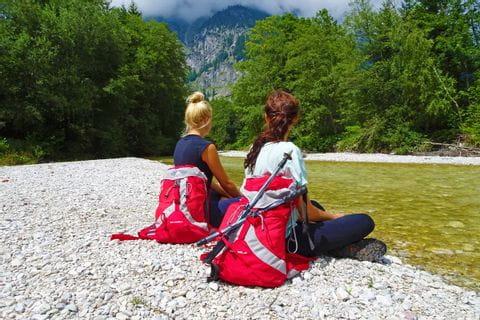 Sitzende Wanderer genießen das Rauschen der Leutascher Ache