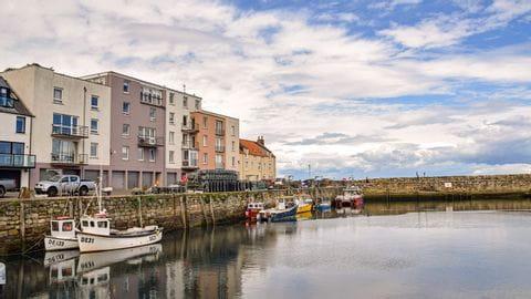 Wanderin unterwegs entlang der Küste in Schottland