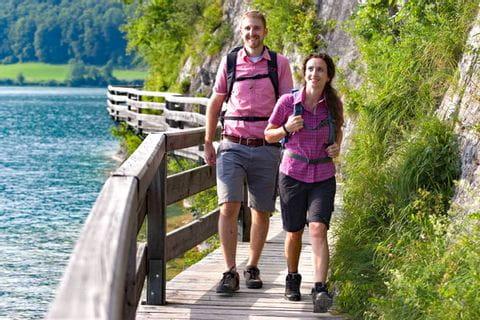 Wanderer an der Bürglpromenade am Wolfgangsee