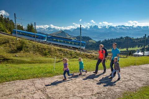 Familie wandert am Wanderweg auf den Rigi