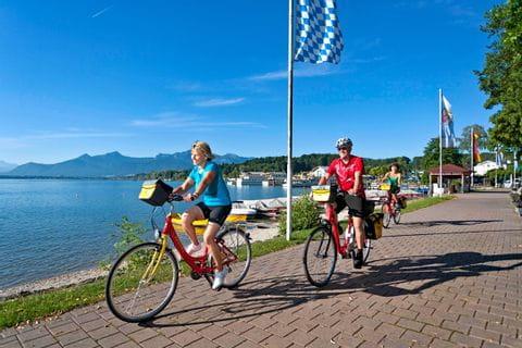 Eurobike Radler auf Promenade in Prien am Chiemsee