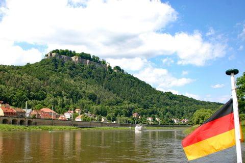Bootsfahrt auf der Elbe mit Blick auf den Königstein