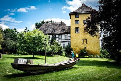 Historisches Schiff auf dem Spielplatz am Weser-Radweg