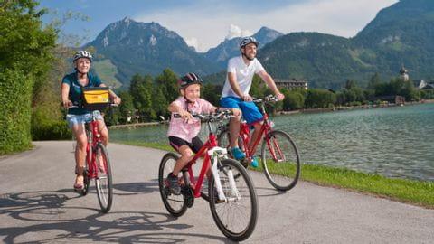 Radfahren Familie mit Kind entlang der Zehn Seen im Salzburger Land
