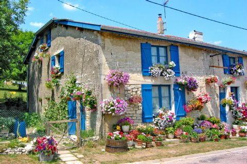 altes Haus mit vielen Blumen