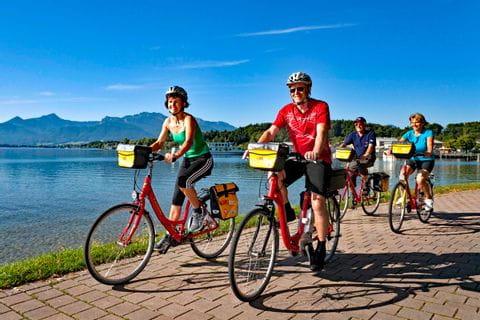 Eurobike Radfahrer auf Radweg am Ufer des Chiemsees