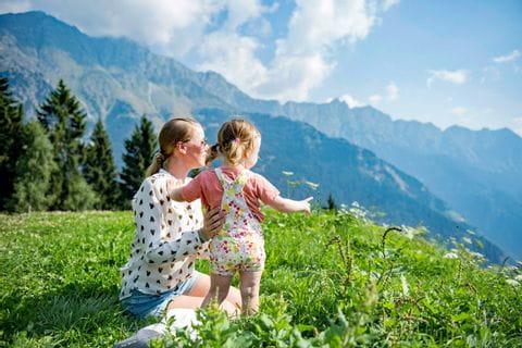 Wanderreise Südtirol Ausblick Mutter mit Kind