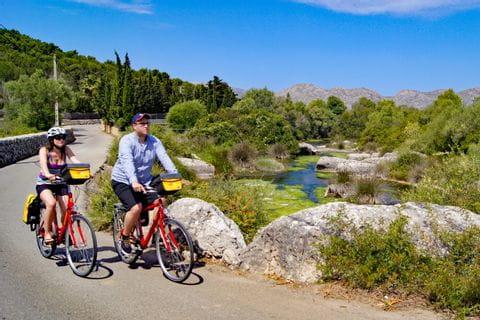 Radfahrer auf Radweg im Landesinneren
