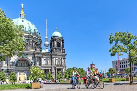 Radfahrer vor der Marienkirche in Berlin