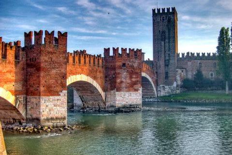 Wandern mit Blick auf die imposante Ponte Scaligero in Verona