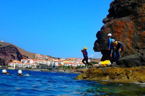 Sprung ins Wasser beim Coasteering in Madeira