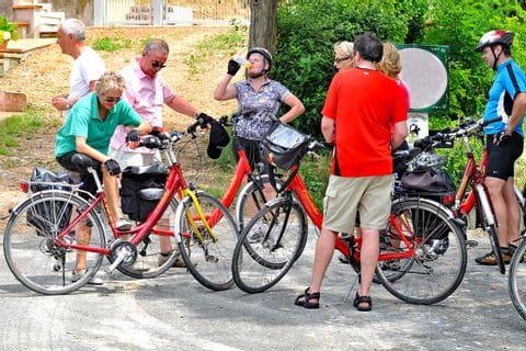 Gruppe von Radlern macht Pause in der Toskana