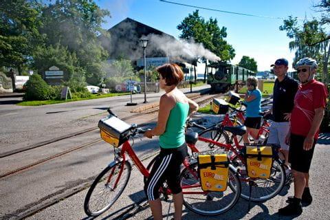 Eurobike Radler warten auf Dampfbahn in Prien am Chiemsee
