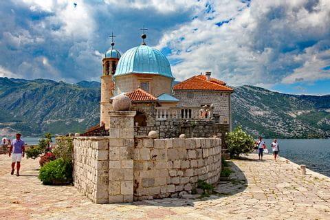 Wandern und Kultur bei der Kirche Maria vom Felsen