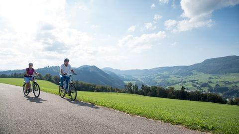 Schweiz. ganz natuerlich. eBiker Paar unterwegs bei Le Sceut.