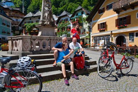 Radfahrer machen Pause im Zentrum von Hallstatt