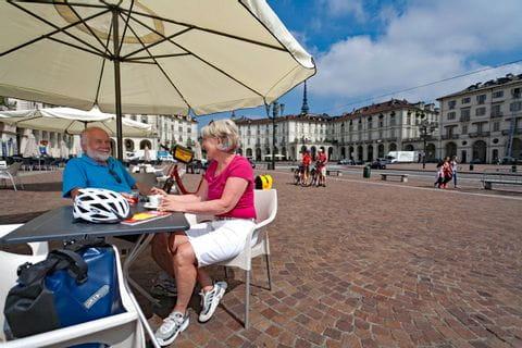 Radler trinken Kaffee im Zentrum von Turin