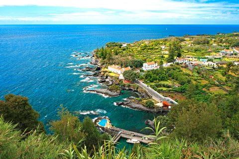 Küstenblick Caloura Miradouro do Pisao auf den Azoren