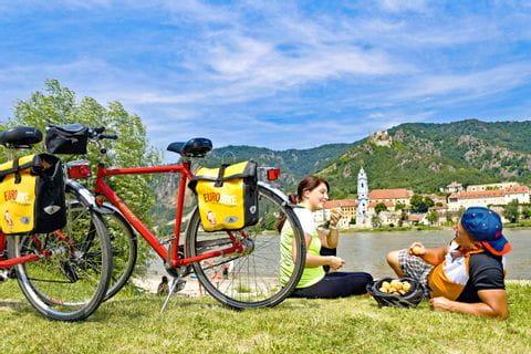Radler machen Pause an Ufer der Donau