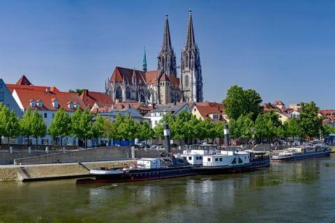 Schiff auf der Donau in Regensburg