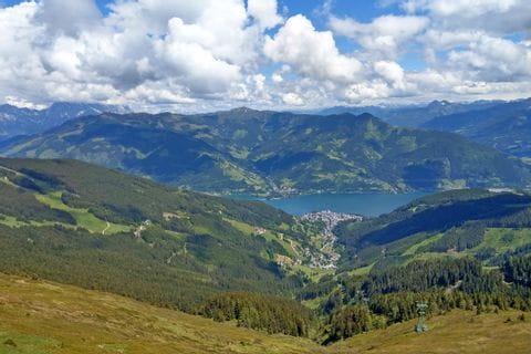Weitblick auf die umliegende Berglandschaft und den Zeller See