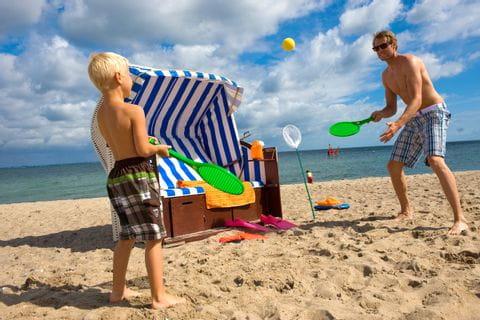 Vater und Sohn spielen am Timmendorfer Strand beim Multiaktivurlaub