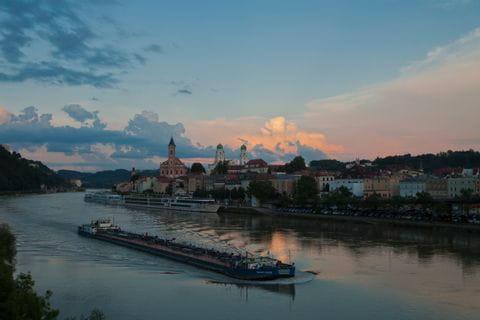 Hafen von Passau in der Abenddämmerung