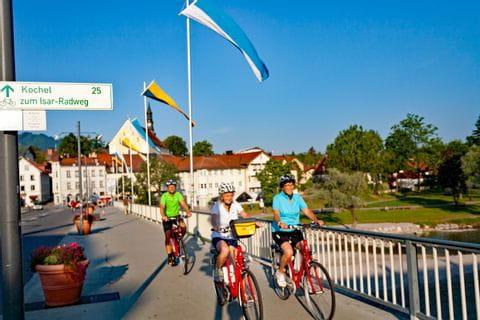 Radfahrer auf Brücke in Bad Tölz