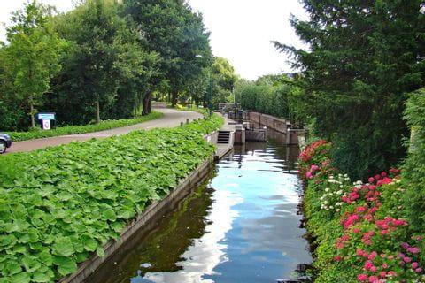 Radweg entlang eines Kanals in Holland