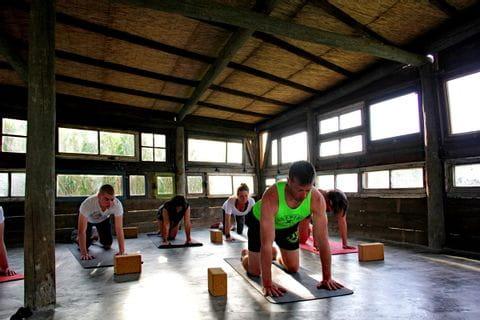 Yogastunde in der Gruppe beim Aktivurlaub in Portugal