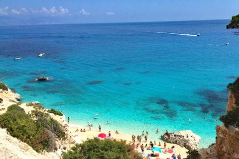 Der Strand an der Ostküste in Sardinien