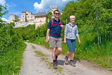 Zwei Wanderer kommend von Burg Churburg