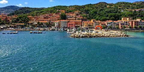 Blick auf die bewohnte Küste in Elba