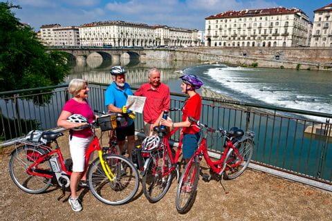 Radler vor der Ponte Vittorio Emanuele XVI