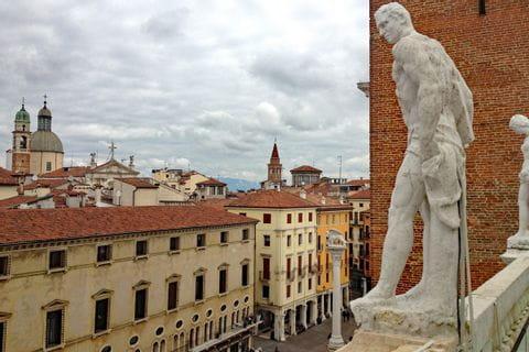 Statue auf historischem Gebäude in Vicenza
